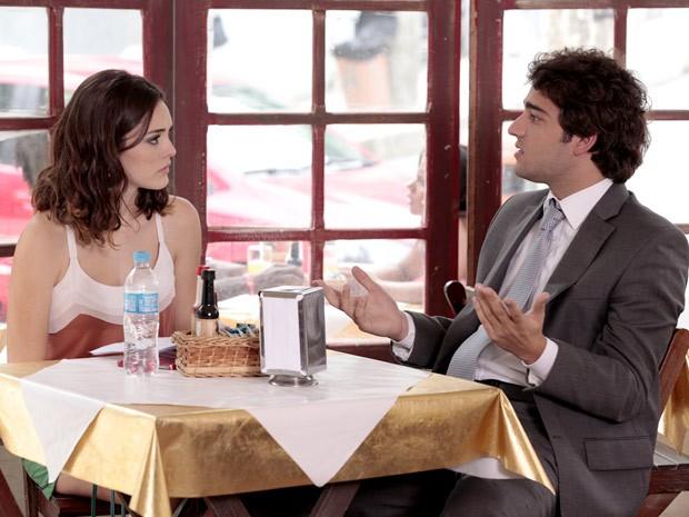 Elano não concorda com a atitude de Cida (Foto: Cheias de Charme / TV Globo)