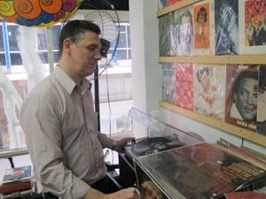 Em seu acervo, 400 discos são considerados preciosidades.  (Foto: Letícia Macedo/ G1)