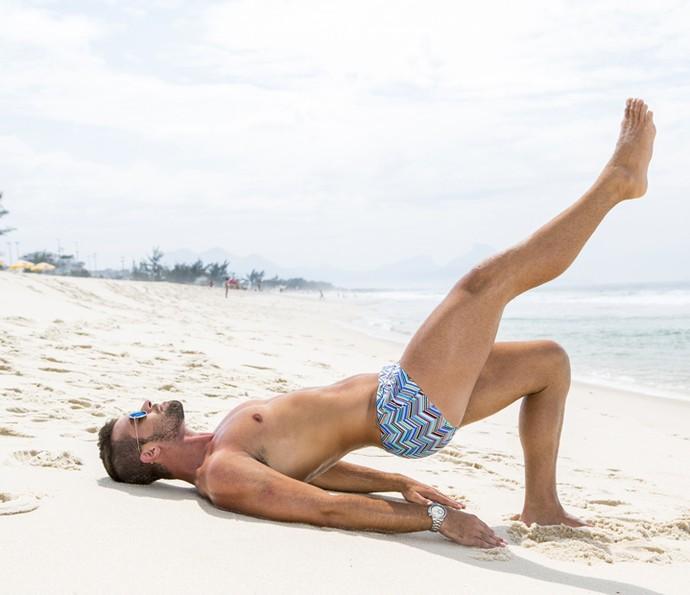 Deitado, Borat faz mais um exercício para o bumbum (Foto: Felipe Monteiro/Gshow)