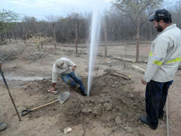 Ligação de água clandestina em Cabrobó (Foto: Divulgação/ Compesa)