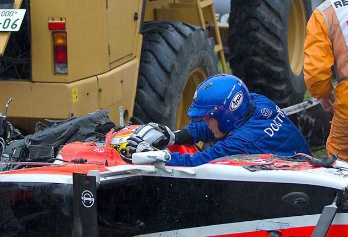 Médico da Fórmula 1 retira cuidadosamente o capacete de Jules Bianchi após o acidente em Suzuka