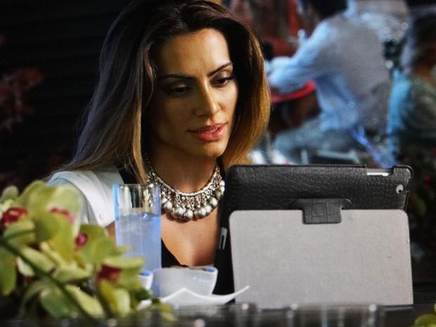 Bianca conversa com Maitê pelo tablet  (Foto: Salve Jorge/ TV Globo)