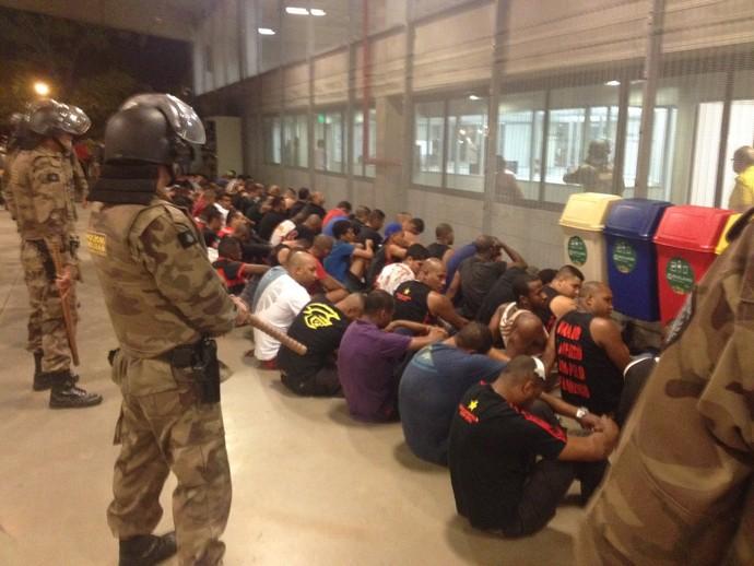 Torcedores do Flamengo, misturados a alguns do Cruzeiro, são detidos (Foto: Cahê Mota/GloboEsporte.com)
