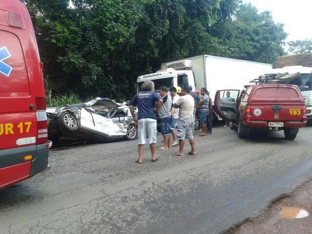 Carro ficou totalmente destruído (Foto: Divulgação/Corpo de Bombeiros)