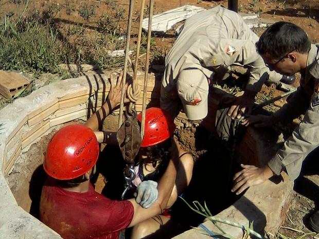 Mulher grávida de quatro meses é retirada de cisterna com 7 m de profundidade, em Goiás (Foto: Reprodução /Divulgação/ Corpo de Bombeiros)