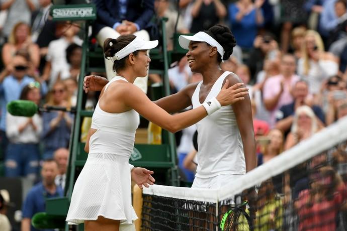 Garbiñe Muguruza e Venus Williams se cumprimentam após a partida (Foto: Shaun Botterill / Getty Images)