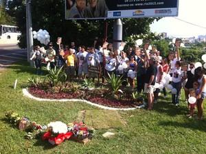 Flores foram deixadas próximo ao local onde seu carro foi encontrado, em julho de 2008. (Foto: Felipe Branco Hersen / Divulgação)