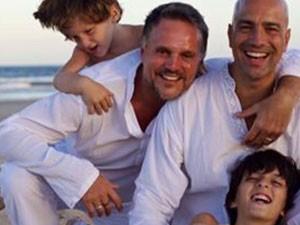 Tancrede com os pais Luc e David e o irmão Elzear (Foto: Reprodução/Facebook/Campanha Tancrède)