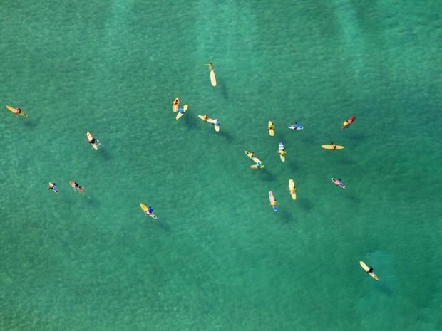 Praticantes de stand up paddle aproveitam o dia de sol e 'mar do Caribe' em vista aérea da Praia da Barra da Tijuca, no Rio de Janeiro, na manhã desta terça-feira (Foto: Genilson Araújo/Parceiro/Agência O Globo)