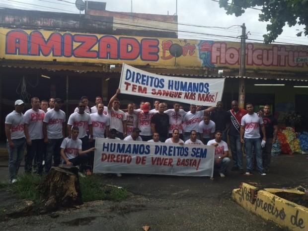 Grupo também faz protesto do lado de fora de cemitério (Foto: Alba Valéria Mendonça / G1)