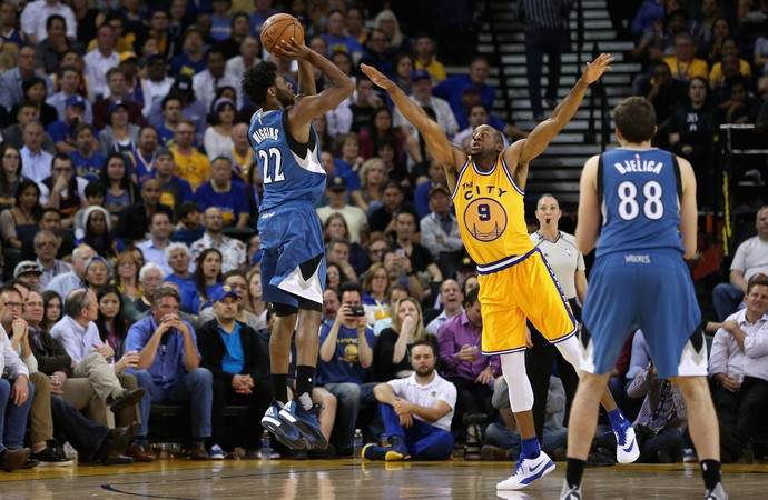 Andrew Wigginbs e Andre Iguodala Warriors x Wolves NBA (Foto: Getty)
