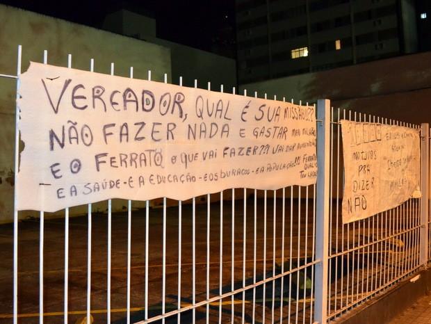 Faixas contra alta no salário dos vereadores foram colocadas em grade em frente à Câmara (Foto: Araripe Castilho/G1)
