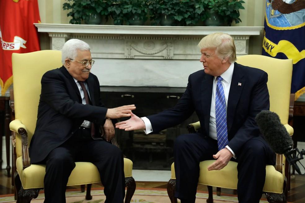 Donald Trump aperta a mão do líder palestino Mahmoud Abbas na Casa Branca (Foto:  Evan Vucci/AP)