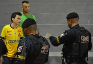 Momento em que assessor e jogador do Genus são conduzidos para fora do estádio (Foto: Emanuele Madeira/GloboEsporte.com)