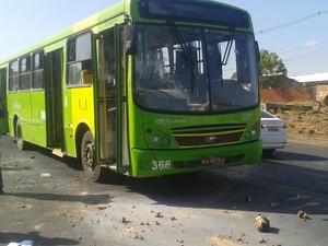 Ônibus foi apedrejado por familiares de presos da Casa de Custódia (Foto: Gustavo Almeida/G1)