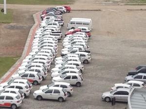 Nesta terça-feira (8), 54 carros estavam parados em frente à Prefeitura ed São José (Foto: João Salgado/RBS TV)