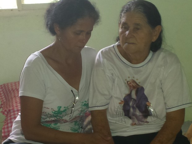Irmã e mãe de Padre Carlos se emocionam após enterro, em Nova União (Foto: Tábata Poline/G1)