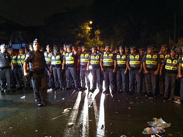 Policiais formam barreira para dispersar foliões na Vila Madalena (Foto: Peter Fussy/G1)