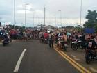 Moradores têm energia suspensa devido à cheia e protestam no Acre