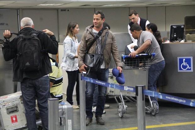 Malvino Salvador com seu travesseiro de viagem para o pescoço (Foto: Rodrigo dos Anjos/Ag News)