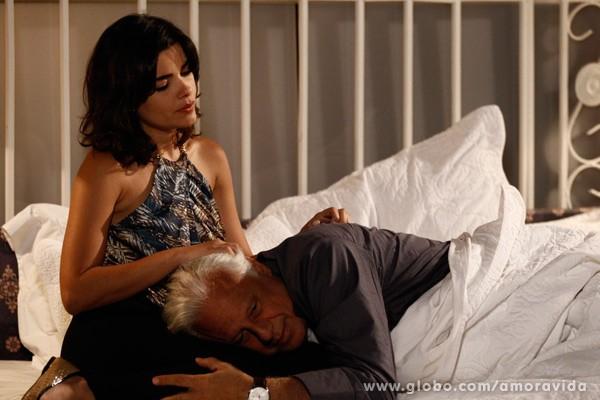 Aline consola César e o põe na cama (Foto: Inácio Moraes/TV Globo)