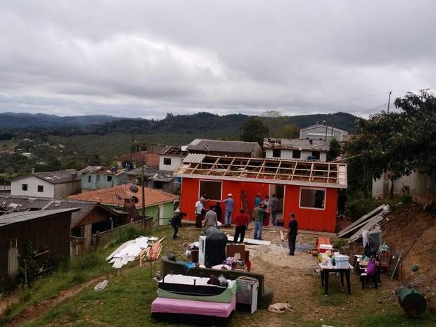 Casas foram destelhadas com a força da explosão (Foto: André Rego/ Divulgação/ Defesa Civil de Bocaiuva do Sul)