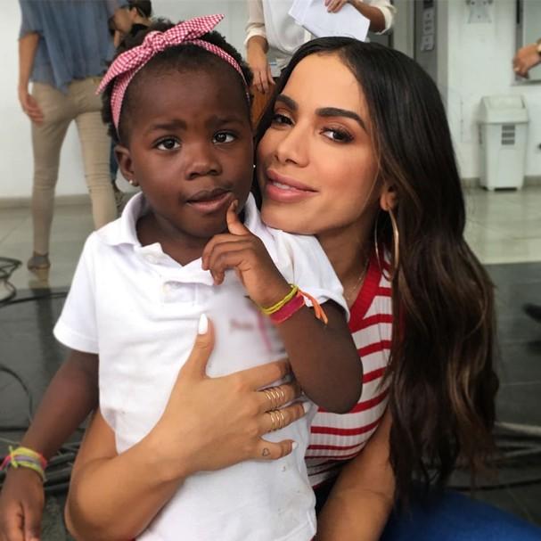 Titi ganha abraço da Anitta (Foto: Reprodução/ Instagram)
