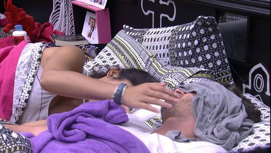 Emilly tenta acordar Marcos com carinho