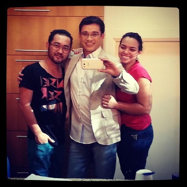 Marcos Paiva ao lado de Willian Kayo, Consultor de Moda e da Maquiadora Emily Bertolazo no camarim da TV TEM (Foto: Arquivo Pessoal)