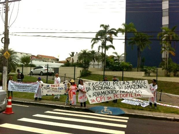 Protesto ocorrem em frente à Assembleia Legislativa do Amazonas (Foto: Adneison Severiano/G1 AM)