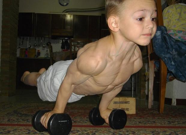 Menino de 10 anos tem corpo musculoso e impressiona internautas o menino faz exerccios pesados todos os dias incentivado pelo pai foto reproduo altavistaventures Images