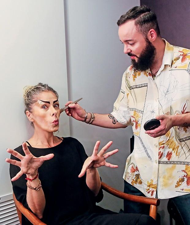 Adriane brinca  durante a elaborada  maquiagem  (Foto:  )