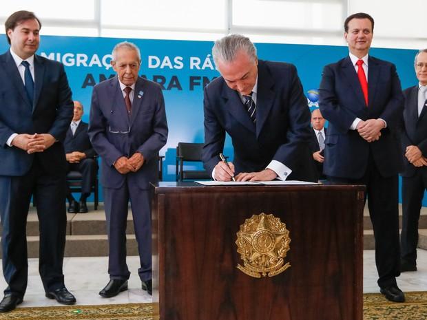 Temer assina o termo aditivo que autorizou a migração de rádios AM para FM (Foto: Marcos Corrêa / Presidência)