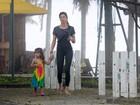 Grazi Massafera brinca com filha em parquinho no Dia das Crianças
