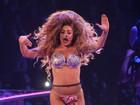 Lady Gaga faz show de biquíni, peruca e meia arrastão