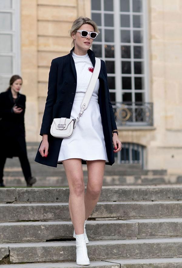 Vale combinar a cor da bota com o vestido para um visual monocromático (Foto: Imaxtree)