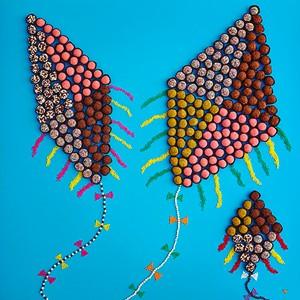 Céu de Brigadeiro: de chocolate, pistache, morango e crispies, os docinhos cheio de confeitos coloridos formam saborosas pipas (Foto: Divulgação)