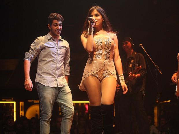 Anitta dança com rapaz da plateia em show em São Paulo (Foto: Iwi Onodera/ EGO)