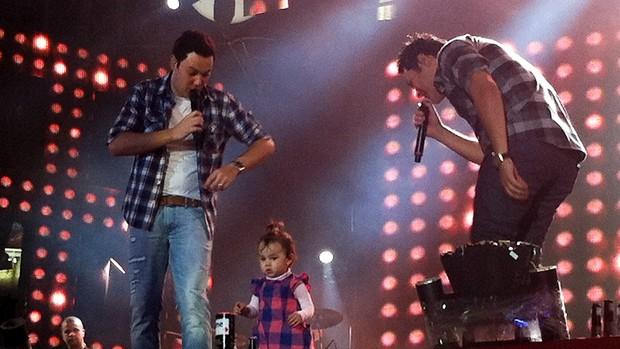 Maria Clara, filha de João Bosco, subiu ao palco de Barretos para cantar ao lado do pai (Foto: Rodrigo Ortega/G1)