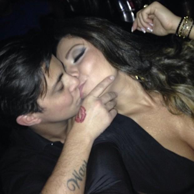 Thammy Miranda beija a namorada, Andressa Ferreira, em boate em São Paulo (Foto: Instagram/ Reprodução)