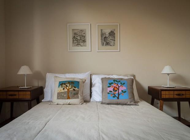 O quarto do casal é simples e aconchegante. O estrada da cama foi projetado pelo arquiteto. Os criados-mudo vintages estão à venda na Hindy Elauar (Foto: Daniel Mansur/Divulgação)