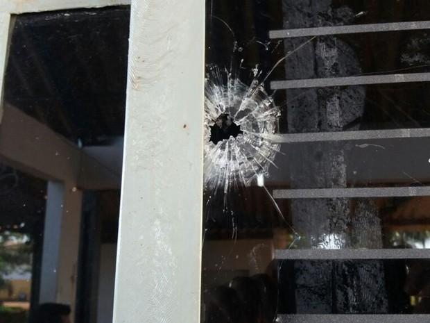 Marcas de tiros ficaram espalhadas pela Colônia Agrícola do Regime Semiaberto, em Goiás (Foto: Reprodução/TV Anhanguera)