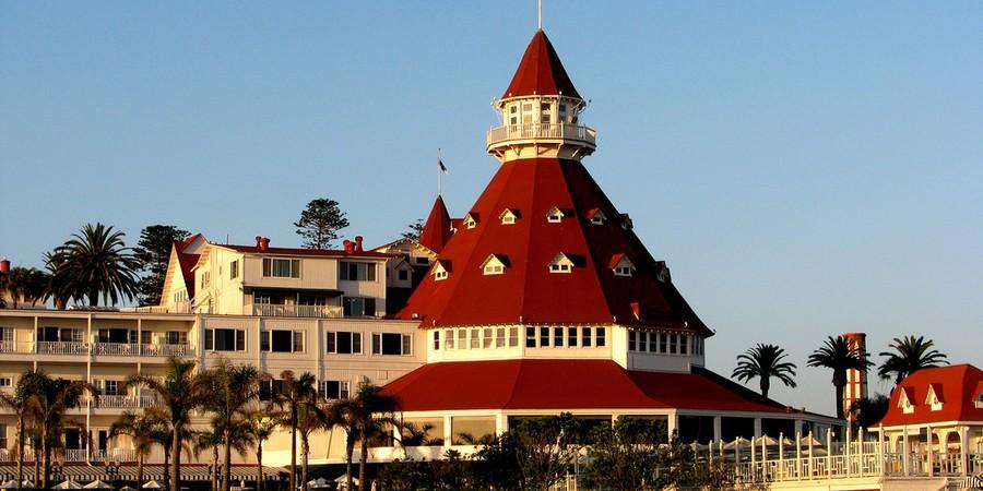 """Os arquitetos se referem ao Hotel del Coronado, em Coronado, na Califórnia, como uma mistura entre um bolo de casamento e um navio. O hotel está em funcionamento desde 1888 e se ele parecer familiar, não é por acaso: o local foi cenário para o filme """"Quan (Foto: Divulgação)"""