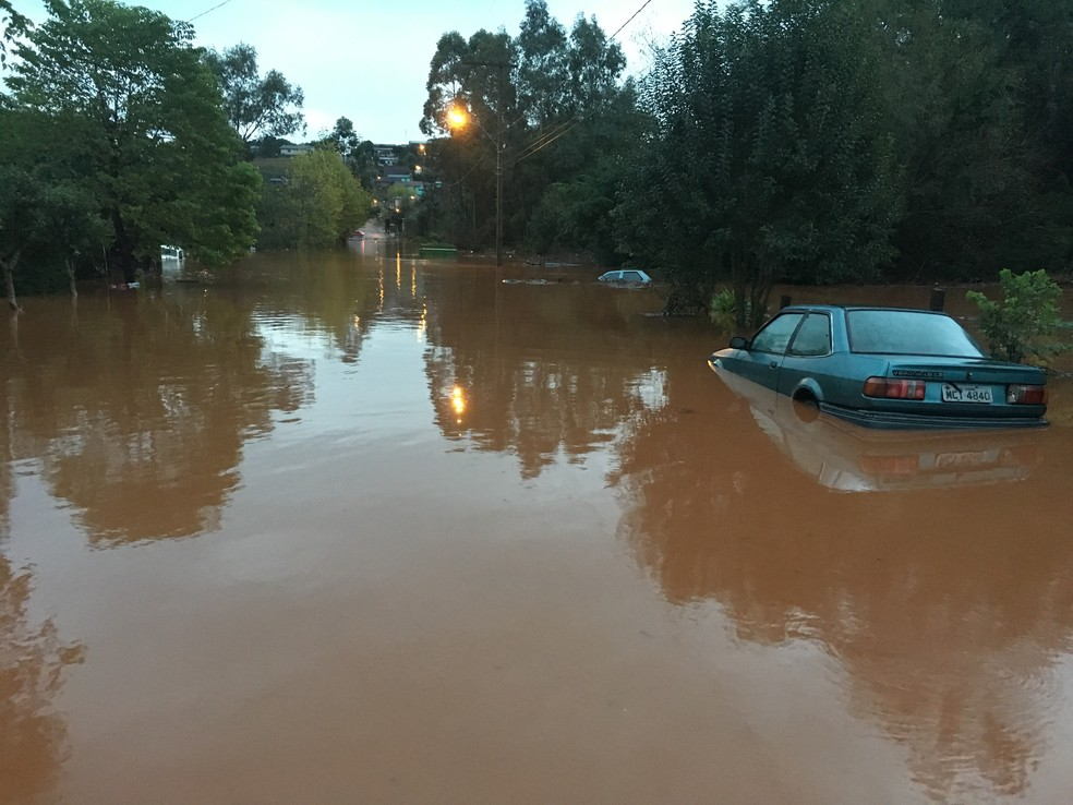 Rua alagada após temporal em Panambi (Foto: Lahis Welter/RBS TV)