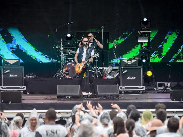 Vocalista Tito Fuentes e baterista Randy Ebright, do Molotov, tocam no palco principal (Foto: Marcelo Brandt/G1)
