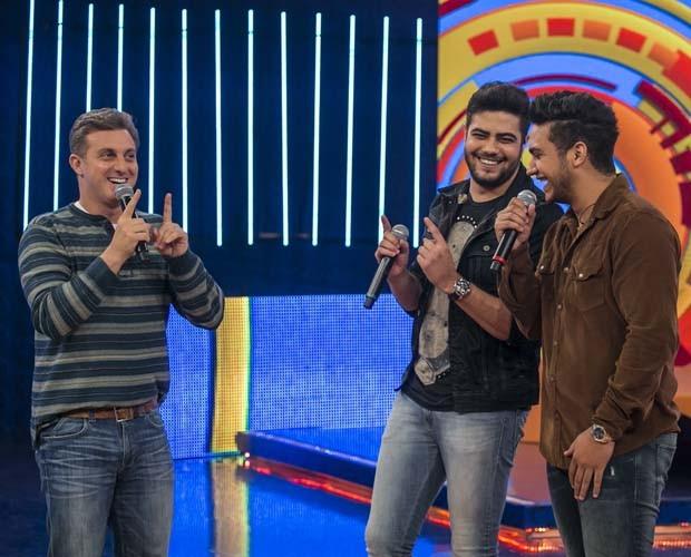 Henrique e Juliano brincam com Luciano Huck (Foto: Globo/ Paulo Belote.)