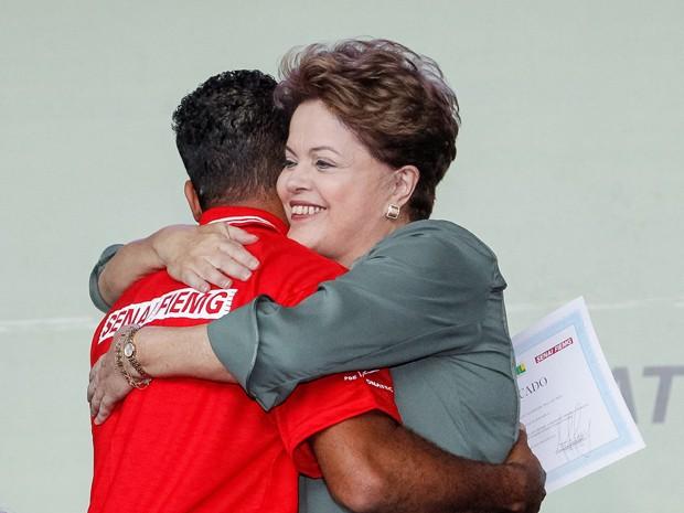 Dilma ao entregar diploma a formando em cerimônia de formatura de alunos do Pronatec, em Belo Horizonte (Foto: Ricardo Stuckert / PR)