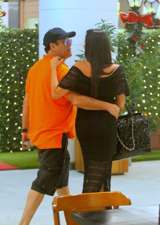 Sérgio Mallandro e a namorada, Fernanda Vianna, em shopping na Zona Sul do Rio (Foto: Ag. News)