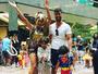 Juliana Paes vai a bloco de Carnaval com o marido e os filhos