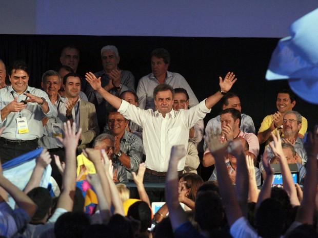 Senador tucano Aécio Neves (MG) é saudado por correligionários durante convenção nacional do PSDB realizada no Centro de Convenções Brasil 21, em Brasília, neste sábado (18) (Foto: Ed Ferreira/ Estadão Conteúdo)